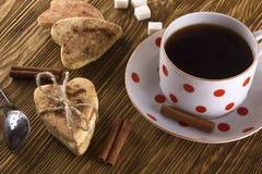 Copo do chá com biscoitos da canela Fotos de Stock Royalty Free