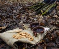 Copo do chá com colher e rolo circular no pano de saco imagem de stock royalty free