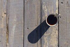 Copo do chá com a colher no fundo de madeira imagens de stock