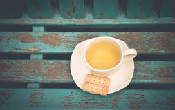 Copo do chá com a cookie na tabela Foto de Stock Royalty Free