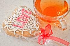 Copo do chá com coração das cookies Fotos de Stock Royalty Free