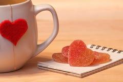 Copo do chá com corações e geleia de fruto cristalizado Foto de Stock Royalty Free