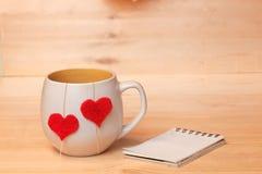 Copo do chá com corações e nota Fotografia de Stock Royalty Free