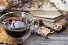 Copo do chá com folhas de outono Foto de Stock