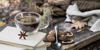 Copo do chá com folhas de outono Imagem de Stock Royalty Free