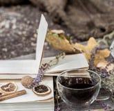 Copo do chá com folhas de outono Foto de Stock Royalty Free