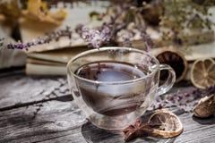 Copo do chá com folhas de outono Fotografia de Stock