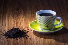 Copo do chá com grupo do chá fraco na tabela de madeira Imagens de Stock