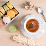 Copo do chá com macaron francês colorido Vista superior Fotografia de Stock Royalty Free