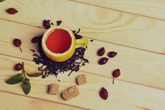 Copo do chá com rosas ancas, na tabela de madeira Um copo feito do limão real Fotografia de Stock Royalty Free
