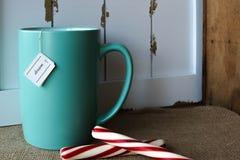 Copo do chá com uma etiqueta ideal imagem de stock