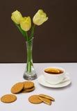 Copo do chá, das cookies e das tulipas Fotos de Stock Royalty Free
