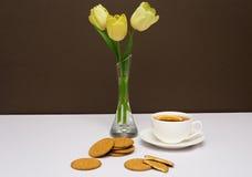 Copo do chá, das cookies e das tulipas Imagem de Stock