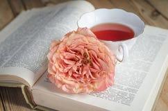 Copo do chá, de um livro e de uma rosa Imagem de Stock Royalty Free