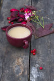 Copo do chá do masala no fundo de madeira Fotos de Stock