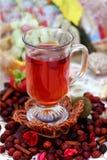 Copo do chá dos rosehips fotografia de stock royalty free