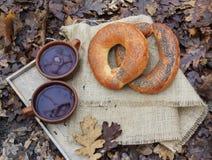 Copo do chá e do bagel a bordo fotografia de stock royalty free
