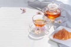 Copo do chá e da sobremesa na manhã, tempo de relaxamento Fotografia de Stock
