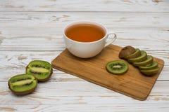 Copo do chá e do quivi Imagens de Stock Royalty Free