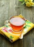 Copo do chá e flores em de madeira velho Foto de Stock Royalty Free