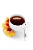 Copo do chá em um saucer e em um bolo Fotografia de Stock