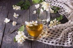 Copo do chá perfumado da flor com jasmim, na superfície do cinza foto de stock royalty free