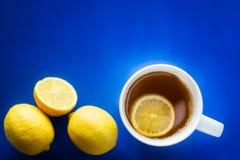Copo do chá verde com o limão no blackground azul Imagens de Stock