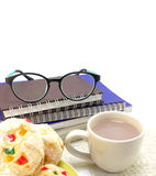 Copo do chocolate quente com leite com um livro no fundo Imagens de Stock Royalty Free