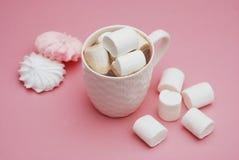 Copo do chocolate quente com os marshmallows no fundo cor-de-rosa Merengue superior da vista, a cor-de-rosa e a branca imagem de stock royalty free
