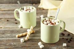 Copo do chocolate quente com os marshmallows no fundo de madeira cinzento Foto de Stock Royalty Free