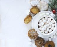 Copo do chocolate quente e de cookies sortidos: cookies do linzer, biscoito amanteigado, cookies de amêndoa alaranjadas fotografia de stock