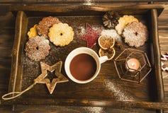 Copo do chocolate quente do inverno com a decoração e vela de madeira da estrela ho imagem de stock royalty free