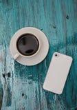 Copo do cofee e telefone no fundo de madeira tiffany Imagens de Stock Royalty Free