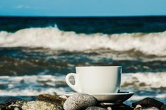 Copo do coffe na praia foto de stock