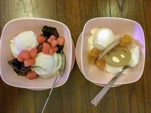 Copo do gelado tailandês do coco do estilo com vária cobertura Imagem de Stock
