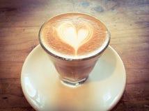 Copo do latte ou do cappuccino quente com arte fascinante do latte Fotografia de Stock