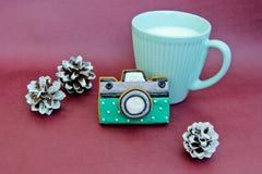 Copo do leite e das cookies na forma da câmera Imagem de Stock