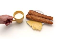 Copo do leite e do pão com sésamo fotos de stock royalty free