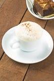 Copo do macchiato do latte com pó de cacau Fotografia de Stock Royalty Free