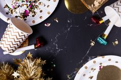 Copo do partido, ventilador do partido, ouropel, confete O feriado comemora o partido t foto de stock