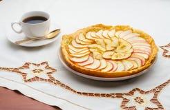 Copo dourado do tarte de maçã e de café fotografia de stock