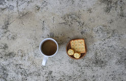 Copo e biscoitos de café na tabela Foto de Stock