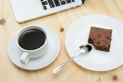 Copo e brownie de café na tabela de madeira Fotografia de Stock