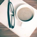 Copo e caderno de café com vidros Foto de Stock Royalty Free