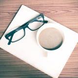 Copo e caderno de café com vidros Imagens de Stock