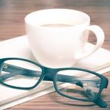 Copo e caderno de café com vidros Imagem de Stock