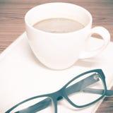 Copo e caderno de café com vidros Fotografia de Stock