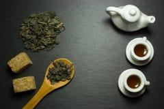 Copo e chá em uma colher de madeira Fotos de Stock Royalty Free