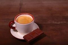 Copo e chocolate de café na textura de madeira da tabela Coffeebreak foto de stock