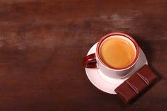 Copo e chocolate de café na textura de madeira da tabela Coffeebreak fotos de stock